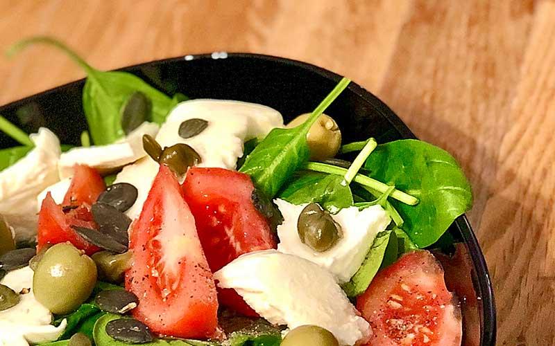 Babyspinat Salat Rezept mit Tomaten und Mozzarella