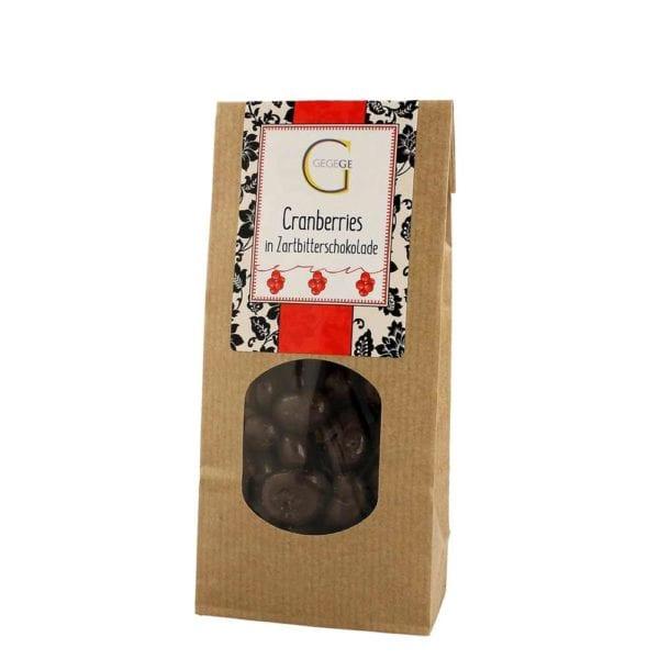 Fruchtig leicht herbe Cranberrys umhüllt von edler Zartbitter-Schokolade in nachhaltiger Kraftpapiertüte