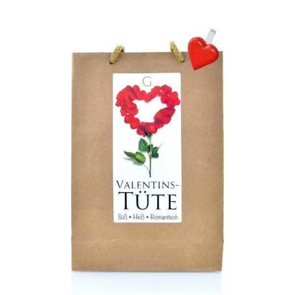 """Genial Genießen - Valentins Tüte. Perfektes Valentinsgeschenk! Ein tolles Geschenk oder Mitbringsel für Menschen, die dir besonders viel bedeuten: dein Freund, deine Freundin, dein Ehemann, deine Ehefrau, aber auch Verwandte oder sehr gute Freunde. Die """"Von Herzen"""" Tüte ist ein liebevolle Überraschung für alle Anlässe. Ganz besonders, wenn du auf der Suche nach einem romantischen Geschenk für deinen Liebsten oder deine Liebste bist. Mit Liköre, Teelicht in Herzform, Trüffel Konfekt, Stoff-Rosenblüten und Herzklammer. Single Ansicht."""
