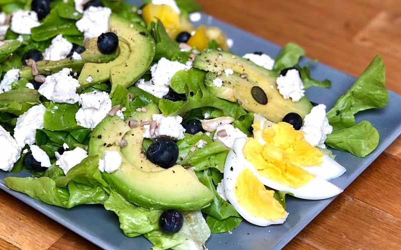 Blaubeer Avocado mit Feta und Ei Salatrezept