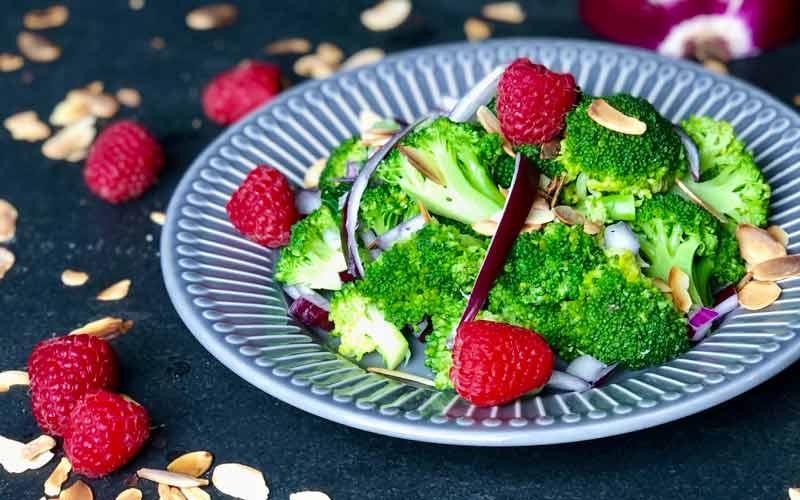 Brokkoli-Waldhimbeer Salat mit Mandeln