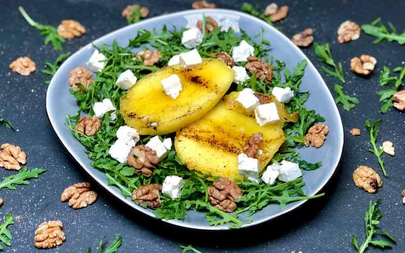 Gegrillte Mango auf Rucolasalat und Walnüssen - Nahaufnahme