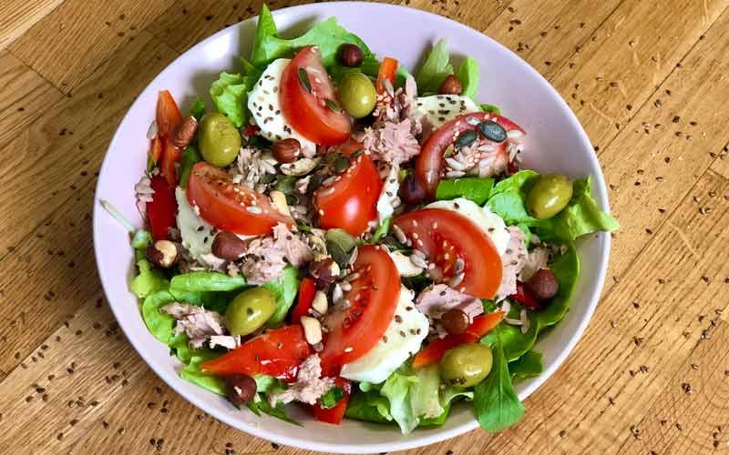 Haselnuss-Sesam Salat mit Thunfisch - Nahaufnahme
