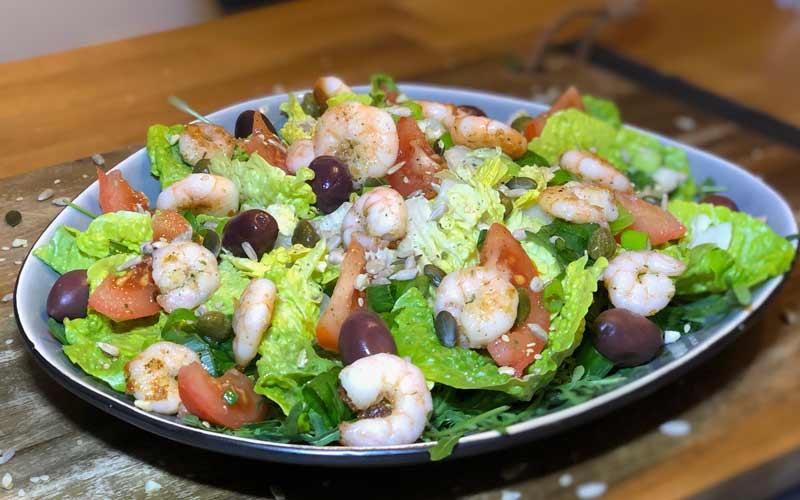 Salat mit in Bärlauchöl marinierten scampi