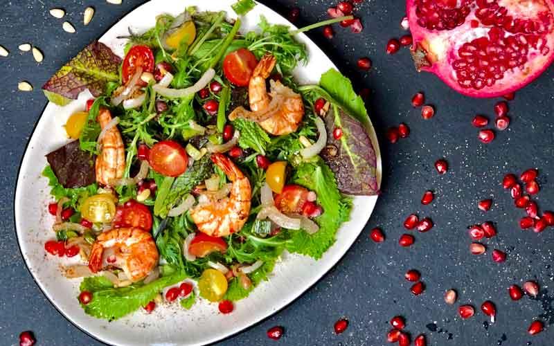 Knackiger Salat mit Garnelen - Nahaufnahme
