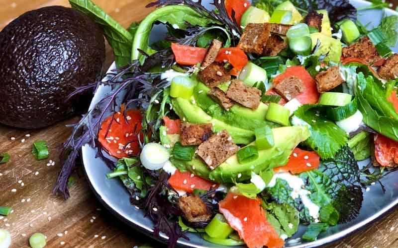 Räucherlachs und Avocado mit Blattsalat - Salatrezept
